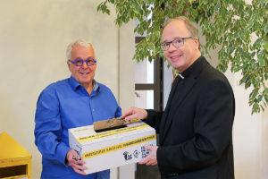 Bischof Dr. Ackermann übergibt seine Brillen