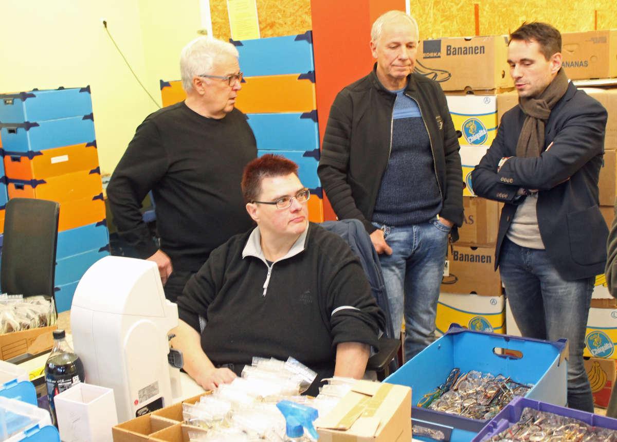 Augenoptikermeister Carlo Wagner und Geschäftsführer Werner Bleidt erklären dem Koblenzer OB David Langner die einzelnen Arbeitsschritte