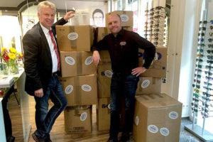 Markus Stammberger und Jürgen Kessing vor Kartons mit Spenden-Brillen im letzten Jahr. · Bild: MosquaPresse
