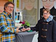 Optiker Manfred Piller (links) und Autor Julian Traublinger bei der Spendenübergabe. − Foto: Optik Piller