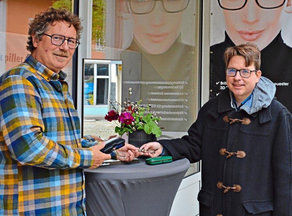Optiker Manfred Piller (links) und Autor Julian Traublinger bei der Spendenübergabe. Foto: Optik Piller