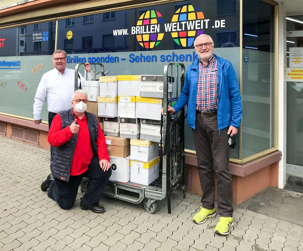 Herr Günter Wragge übergibt ca. 7.000 gesammelte Brillen · Foto: Lions Club Remagen-Unkel